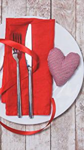 Hintergrundbilder Valentinstag Servieren Messer Bretter Herz Teller Essgabel Band Lebensmittel