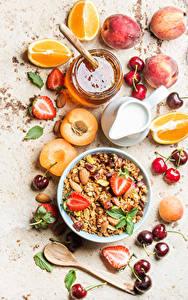 Fotos Müsli Obst Honig Milch Aprikose Zitrusfrüchte Erdbeeren Kirsche Frühstück