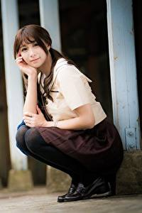 Fotos Asiatische Blick Sitzt Süßes Braune Haare Bokeh junge Frauen