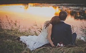 Fonds d'écran Levers et couchers de soleil Homme Couples dans l'amour Herbe Deux S'asseyant Marié homme Jeune mariée Mariage Filles