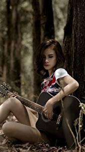 Hintergrundbilder Asiatische Gitarre Sitzt Mädchens