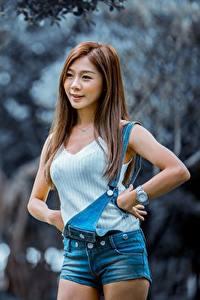 Fotos Asiatische Bokeh Braunhaarige Pose Shorts Hand junge frau
