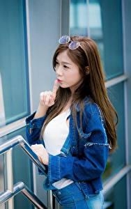 Fotos Asiaten Gestik Spiegelt Braune Haare Hand Brille junge frau