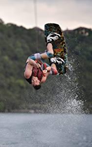 Hintergrundbilder Mann Sprung Wasser spritzt Kitesurfing sportliches