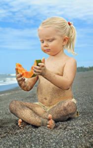 Bilder Melone Strand Kleine Mädchen Sitzt Sand Blond Mädchen Kinder