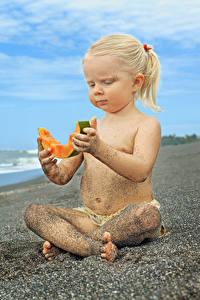 Bilder Melone Strand Kleine Mädchen Sitzend Sand Blond Mädchen Kinder