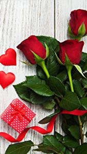 Fotos Rosen Valentinstag Bretter Geschenke Herz Band Blumen