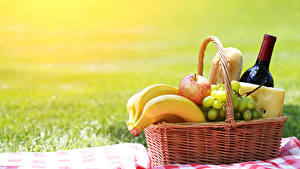 Fotos Wein Bananen Weintraube Äpfel Käse Picknick Weidenkorb Flasche