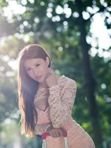 Fotos Asiatische Unscharfer Hintergrund Braune Haare Starren Hand junge Frauen