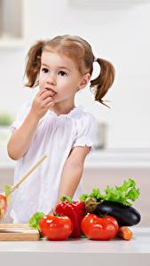 Fotos Gemüse Tomate Kleine Mädchen kind