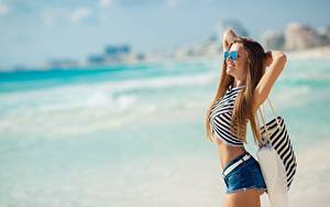 Bilder Strände Posiert Brille Shorts Lächeln junge frau