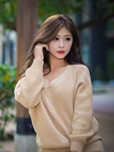 Bilder Asiatische Unscharfer Hintergrund Braunhaarige Blick Hand Sweatshirt Mädchens