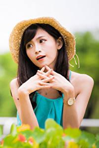 Fotos Asiatische Hand Der Hut Unscharfer Hintergrund junge frau