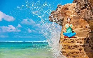 Bilder Fitness Felsen Spritzwasser Trainieren Hand Joga Mädchens