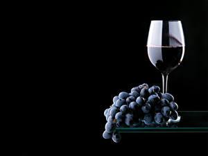 Bilder Weintraube Wein Schwarzer Hintergrund Weinglas