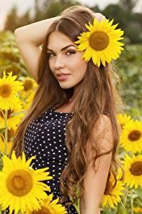 Fotos Sonnenblumen Felder Unscharfer Hintergrund Posiert Kleid Hand Braune Haare junge frau