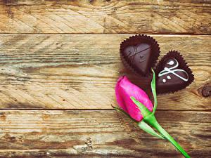 Papéis de parede Dia dos Namorados Rosas Bala (doce) Chocolate Tábuas de madeira Cor-de-rosa Coração Alimentos Flores