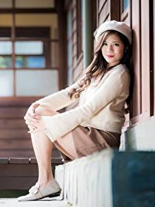 Bilder Asiatische Bokeh Sitzend Rock Sweatshirt Barett Braune Haare Starren junge Frauen