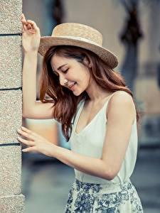 Bilder Asiaten Posiert Wände Hand Der Hut Braune Haare junge frau