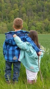 Fotos Acker Jungen Kleine Mädchen 2 Umarmt Gras Jacke
