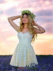 Bilder Felder Lavendel Posiert Kleid Hand Kranz Blond Mädchen Mädchens