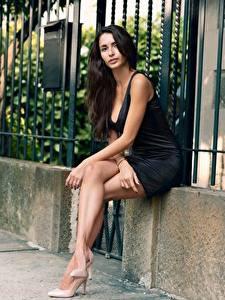 Fotos Brünette Sitzend Kleid Hand Bein High Heels