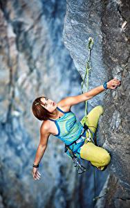 Hintergrundbilder Bergsteigen Felsen Braunhaarige Kletterer Hand Blick Mädchens Sport