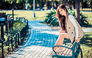 Hintergrundbilder Asiatische Bank (Möbel) Sitzend Bein Unscharfer Hintergrund Mädchens