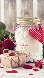 Fotos Valentinstag Rosen Bordeauxrot Petalen Herz Geschenke Weckglas Marshmallow Blumen