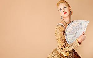 Hintergrundbilder Farbigen hintergrund Blondine Rote Lippen Blick Ohrring Hand Mädchens