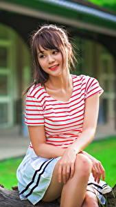 Hintergrundbilder Asiatische Sitzt Braune Haare T-Shirt Schönes Mädchens