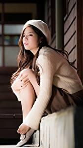 Fotos Asiatische Bokeh Barett Sweatshirt Sitzt Braune Haare junge frau