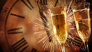 Bakgrundsbilder på skrivbordet Nyår Klocka Champagne Vinglas Två 2 Tomtebloss Mat