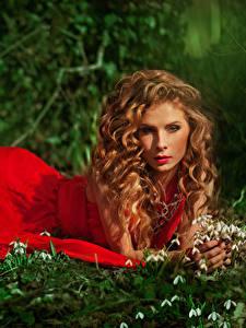 Bilder Schneeglöckchen Braunhaarige Kleid Starren Rot