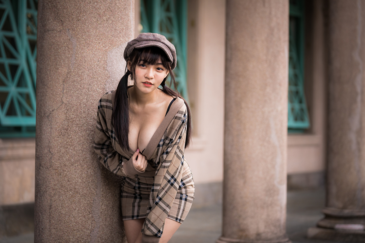 Bilder suddig bakgrund Pose urringning Unga kvinnor Asiater Blick Basebollkeps Klänning Bokeh poserar Dekolletage ung kvinna asiatisk ser baseball keps