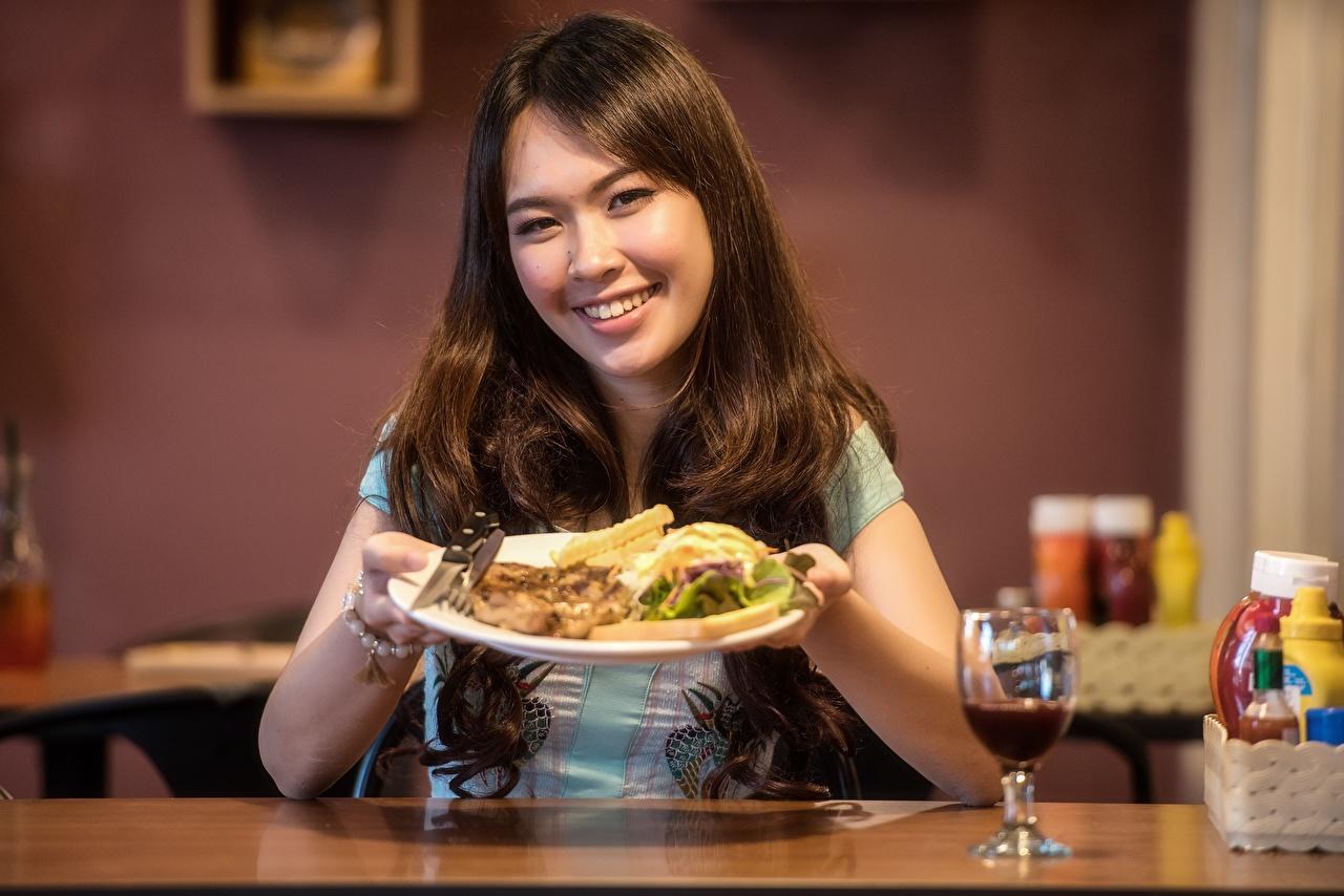 Fotos Braunhaarige Lächeln Mädchens Asiatische Teller Sitzend Weinglas Braune Haare