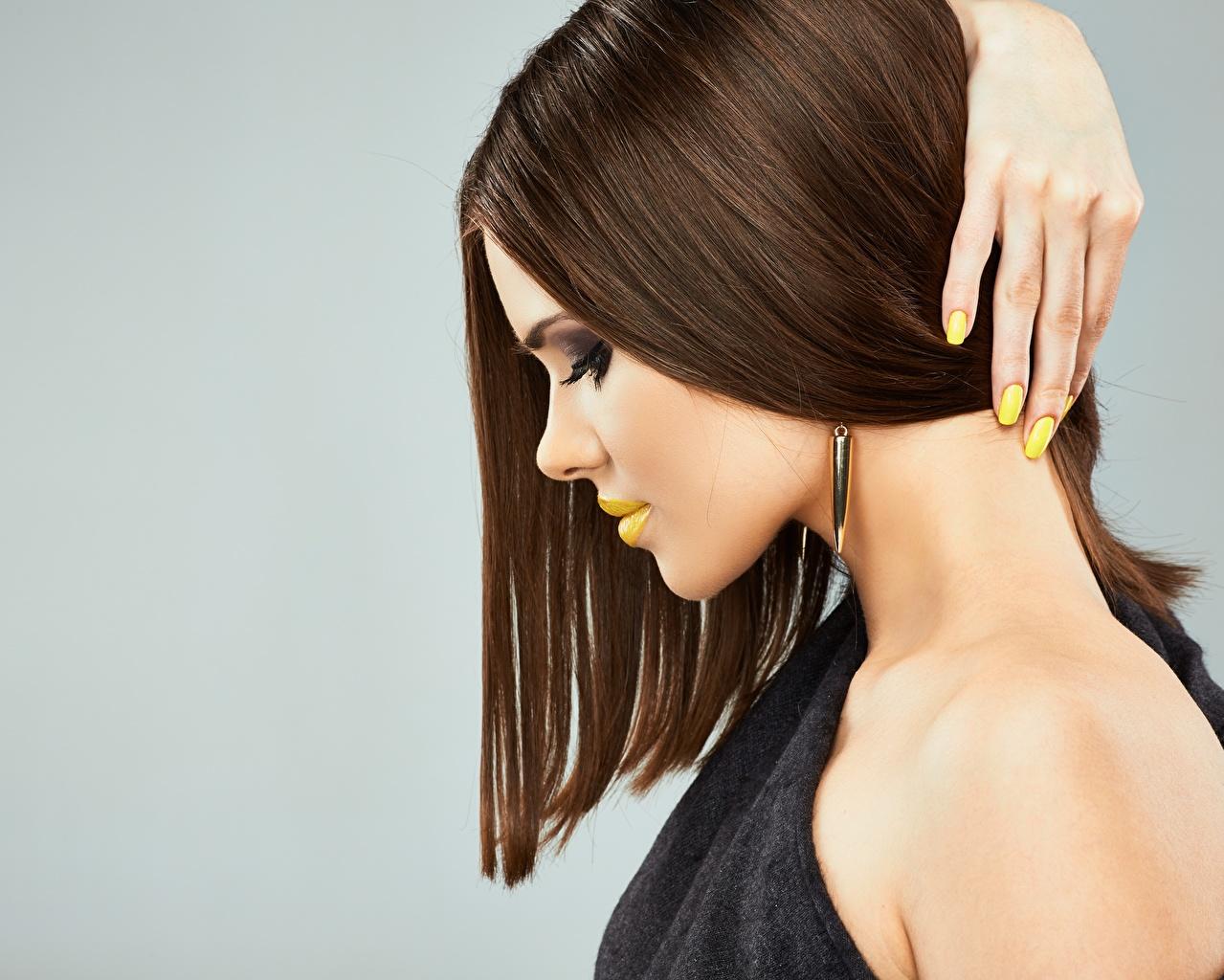 Tapeta na pulpit Modelka Manicure Makijaż Fryzura Wlosy dziewczyna Palce Widok z boku modelka fryzury Dziewczyny młode kobiety młoda kobieta