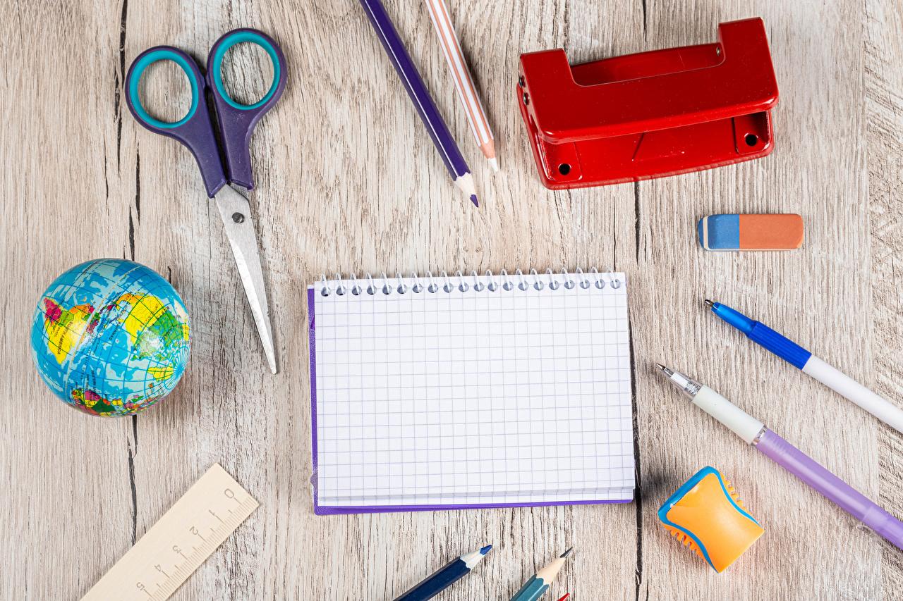 、学校、木の板、地球儀、ボールペン、鉛筆、メモ帳、、