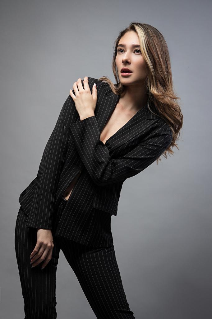 Fotos von Model Daniela posiert junge frau Anzug Grauer Hintergrund  für Handy Pose Mädchens junge Frauen