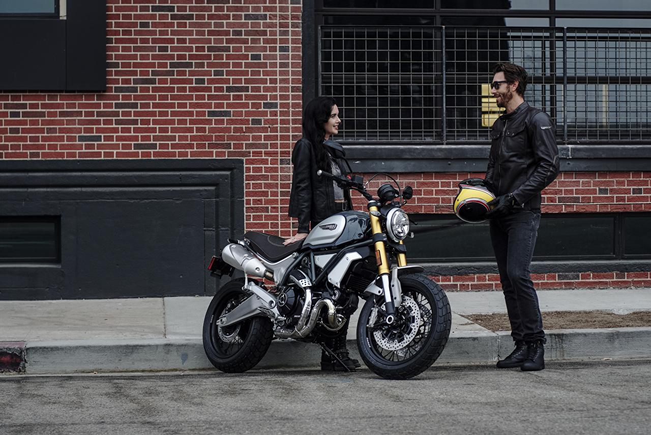 Foto Ducati 2018 Scrambler 1100 Special 2 Motorrad Mädchens Motorradfahrer Zwei