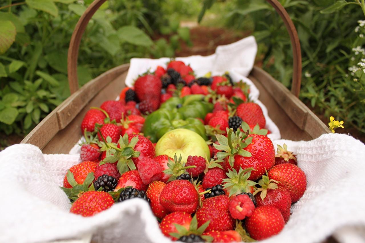 Photos Raspberry Strawberry Wicker basket Food Berry