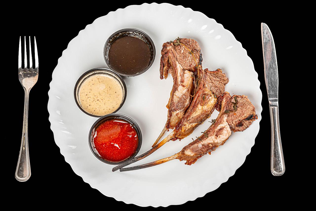 Foto Messer Ketchup Gabel Teller Lebensmittel Fleischwaren Schwarzer Hintergrund Essgabel das Essen