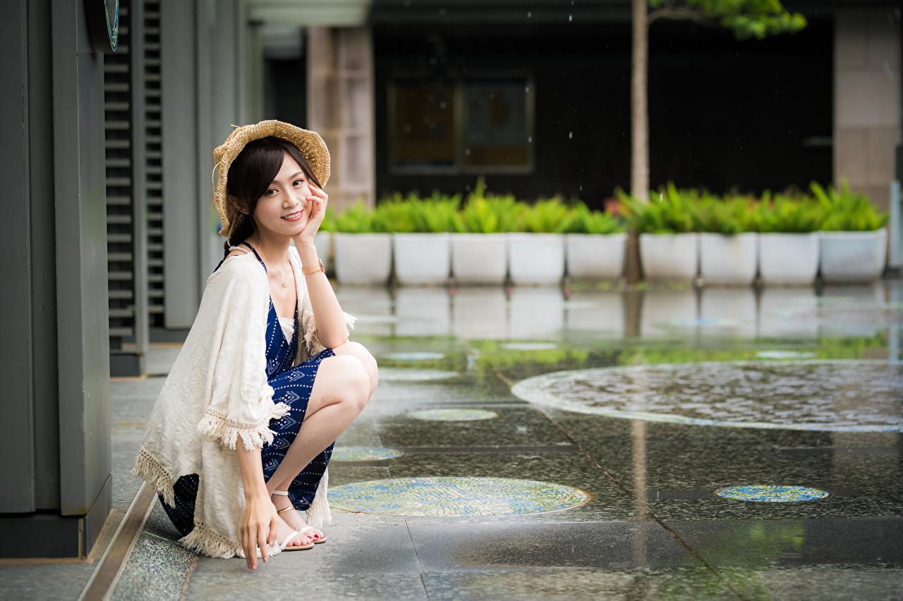 Bilder von Der Hut junge Frauen Asiatische sitzt Starren Mädchens junge frau Asiaten asiatisches sitzen Sitzend Blick