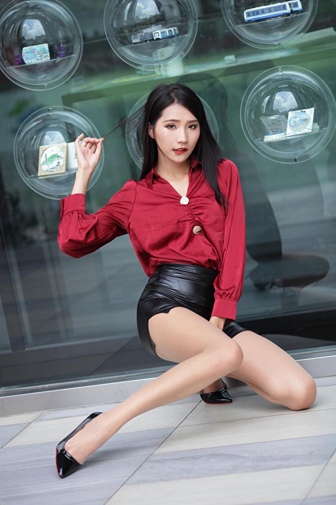 Desktop Hintergrundbilder Rock Bluse Mädchens Bein Asiaten sitzt Starren  für Handy junge frau junge Frauen Asiatische asiatisches sitzen Sitzend Blick