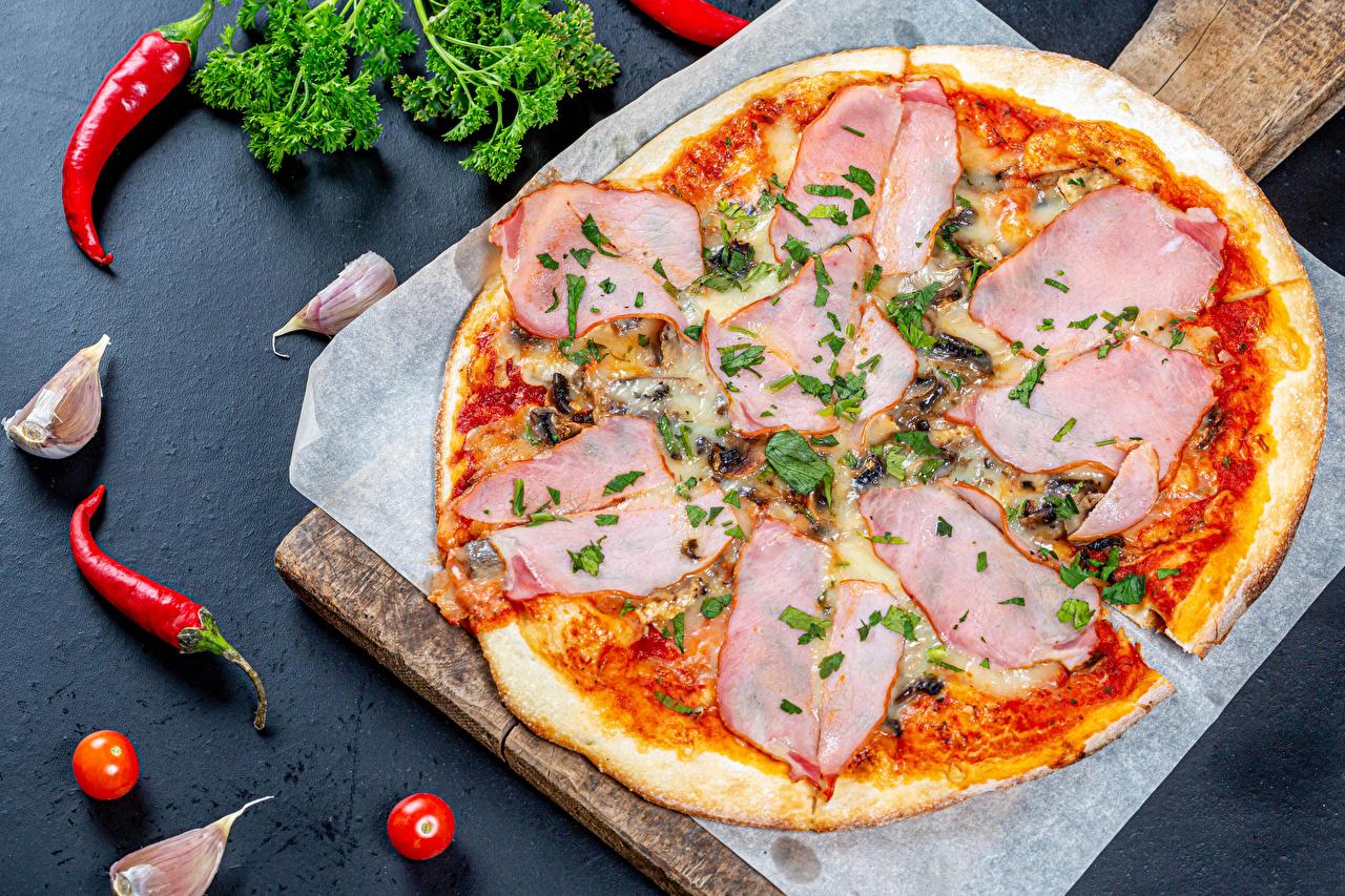 Desktop Hintergrundbilder Pizza Chili Pfeffer Schinken Knoblauch Lebensmittel Schneidebrett das Essen