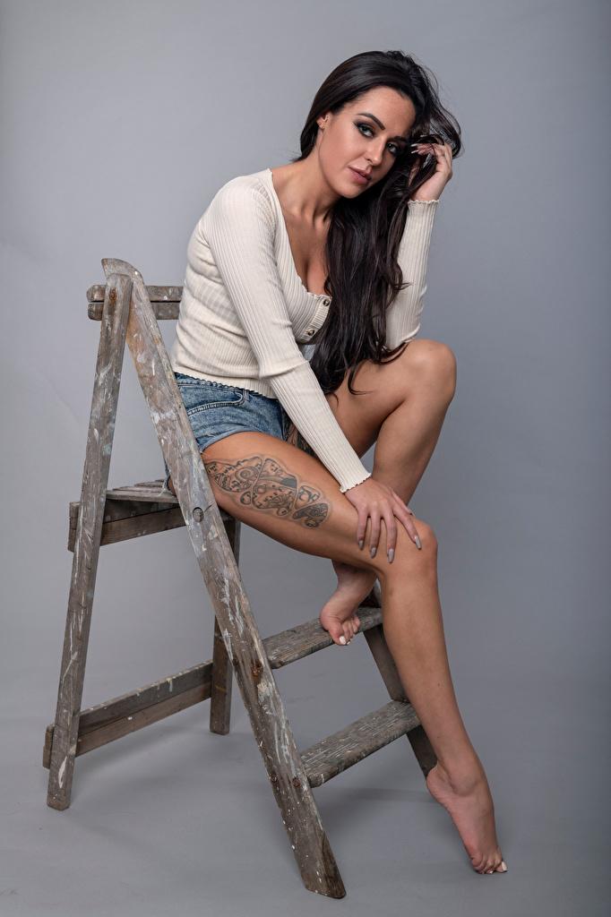 Bakgrunnsbilder Tatovering Brunette jente Rebecca Posere ung kvinne Ben Sitter ser  til Mobilen Unge kvinner Blikk