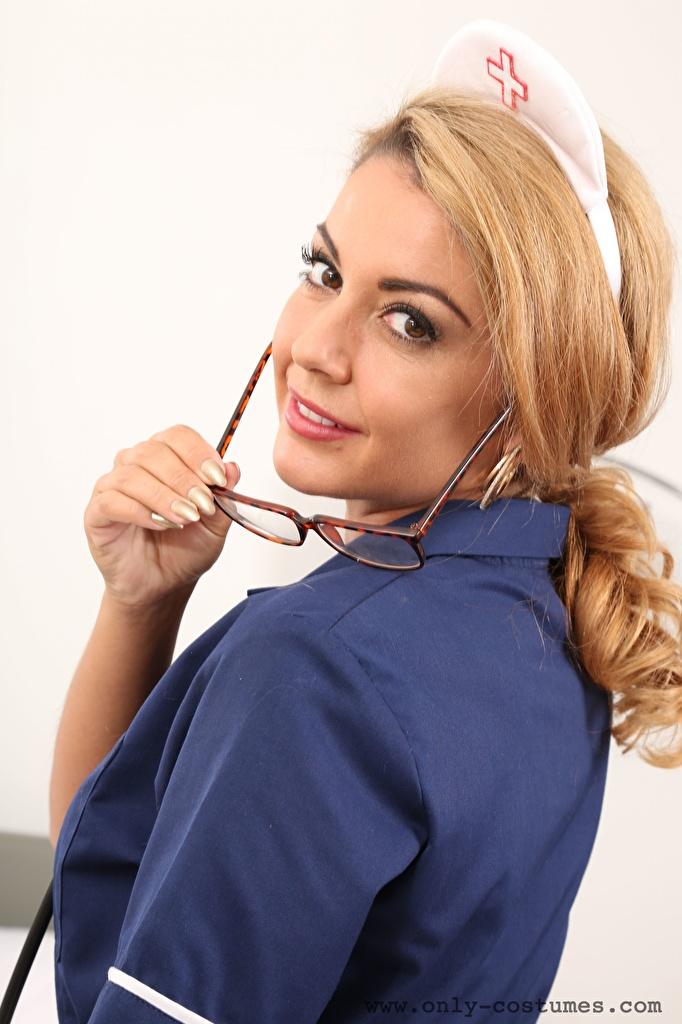 Foto Bryoni-Kate Williams Dunkelbraun Krankenschwester Mädchens Brille Blick  für Handy junge frau junge Frauen Starren