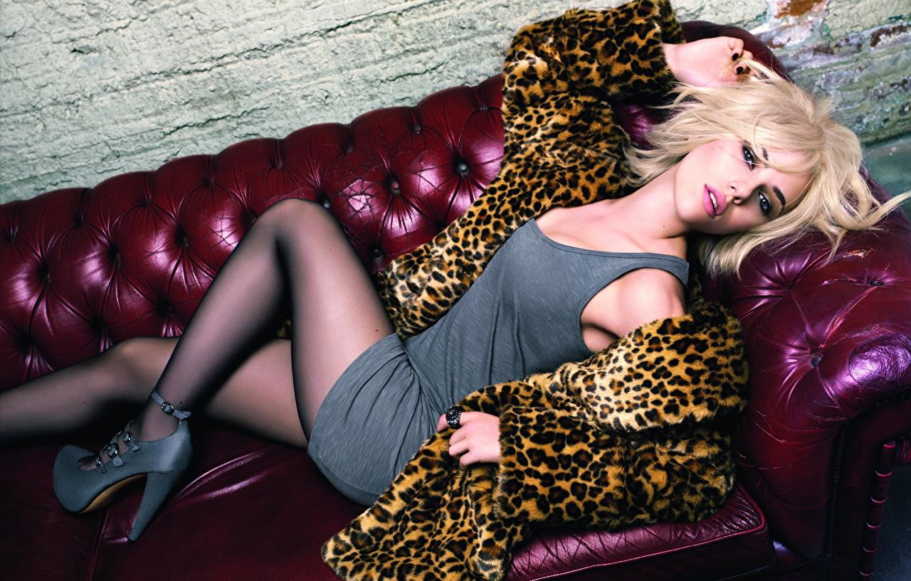 Scarlett Johansson Sofá Cabelo loiro Meninas Deitado Vestido Casaco de pele Ver Pernas Meia-calça jovem mulher, mulheres jovens, moça, deitada, mentindo Meninas