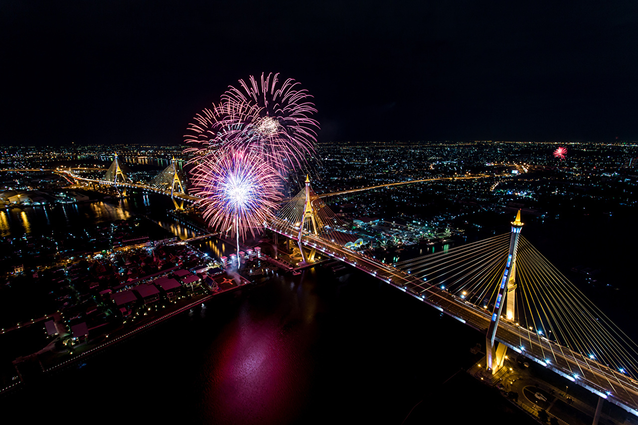 Afbeeldingen Bangkok Thailand Vuurwerk megalopolis brug Nacht Rivieren Bovenaanzicht Straatverlichting Steden Metropool Bruggen rivier van bovenaf een stad