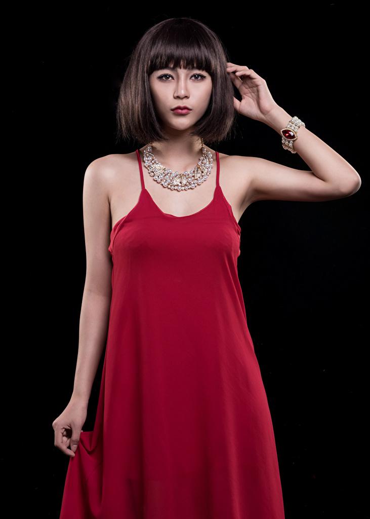 Fotos von Halskette Mädchens Asiatische Blick Schwarzer Hintergrund Kleid  für Handy Halsketten junge frau junge Frauen Asiaten asiatisches Starren